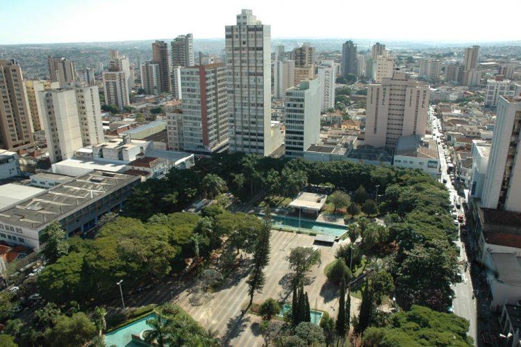 Certamente existem muitas opções de hospedagens de baixo custo na cidade de Londrina no Paraná, sendo que entre eles está o Vilaalba, sendo que a Localização Villalba Uberlândia é uma das mais privilegiadas atualmente. Desta maneira, aqui iremos falar um pouco mais sobre as opções disponíveis para aqueles que precisam ir até essa cidade em questão, sendo assim, abaixo as opções mais buscadas pelas pessoas que desejam passar alguns dias em Uberlândia. Melhor opção de hotel de baixo custo em Londrina/PR Ente os principais hotéis de baixo custo presentes em Uberlândia Minas Gerais, está o seguinte hotel: Villalba Uberlândia A Localização Villalba Uberlândia é perfeita para aqueles que desejam passar um tempo em Uberlândia, isso porque o mesmo fica bem ao centro da cidade e dispõe de locais de conforto aos seus clientes. Além do mais, esse hotel possui ainda Wi-Fi gratuito e estacionamento considerado privativo, a pessoa ainda poderá desfrutar por completo de um buffet de café da manhã de cortesia, sendo que o mesmo é servido diariamente na sala de refeições. Além do mais, o hotel distribui café da manhã com várias frutas da estação, pães e frios, além de bebidas geladas e quentes. Lembrando que cada quarto desse hotel possui ar condicionado, frigobar e TV a cabo, sendo que o banheiro ainda é privativo e inclui o chuveiro de água quente. Esse hotel em questão está localizado a apenas 20 metros do próprio Center Shopping, a 03 Km do centro de Uberlândia, além do mais, as pessoas que se hospedam no local tem acesso: a tela plana de televisão, vista para a cidade, vista do jardim, entre outros. A diária começa em torno de R$ 121,68, sendo que os valores podem variar de acordo com os dias escolhidos! O que levar em consideração ao fazer a busca por hotéis? Ao fazer a busca por hotéis principalmente online, caso você não conheça o serviço é importante verificar as opiniões concedidas pelos hospedes que já se hospedaram no local. Sendo assim, alguns itens são importantes na a
